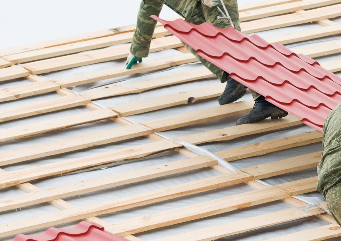 montage van dakpannen op nieuw dak