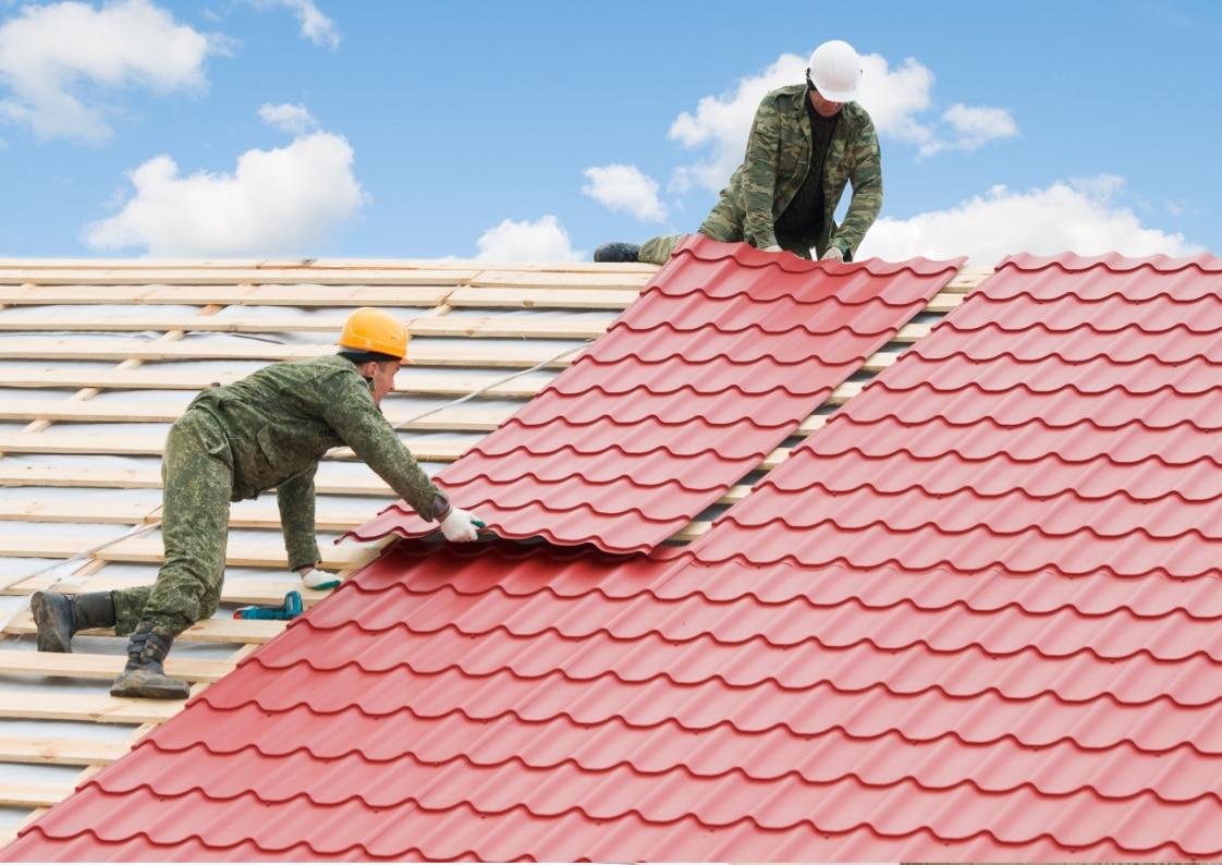 montage van rode dakpanplaten